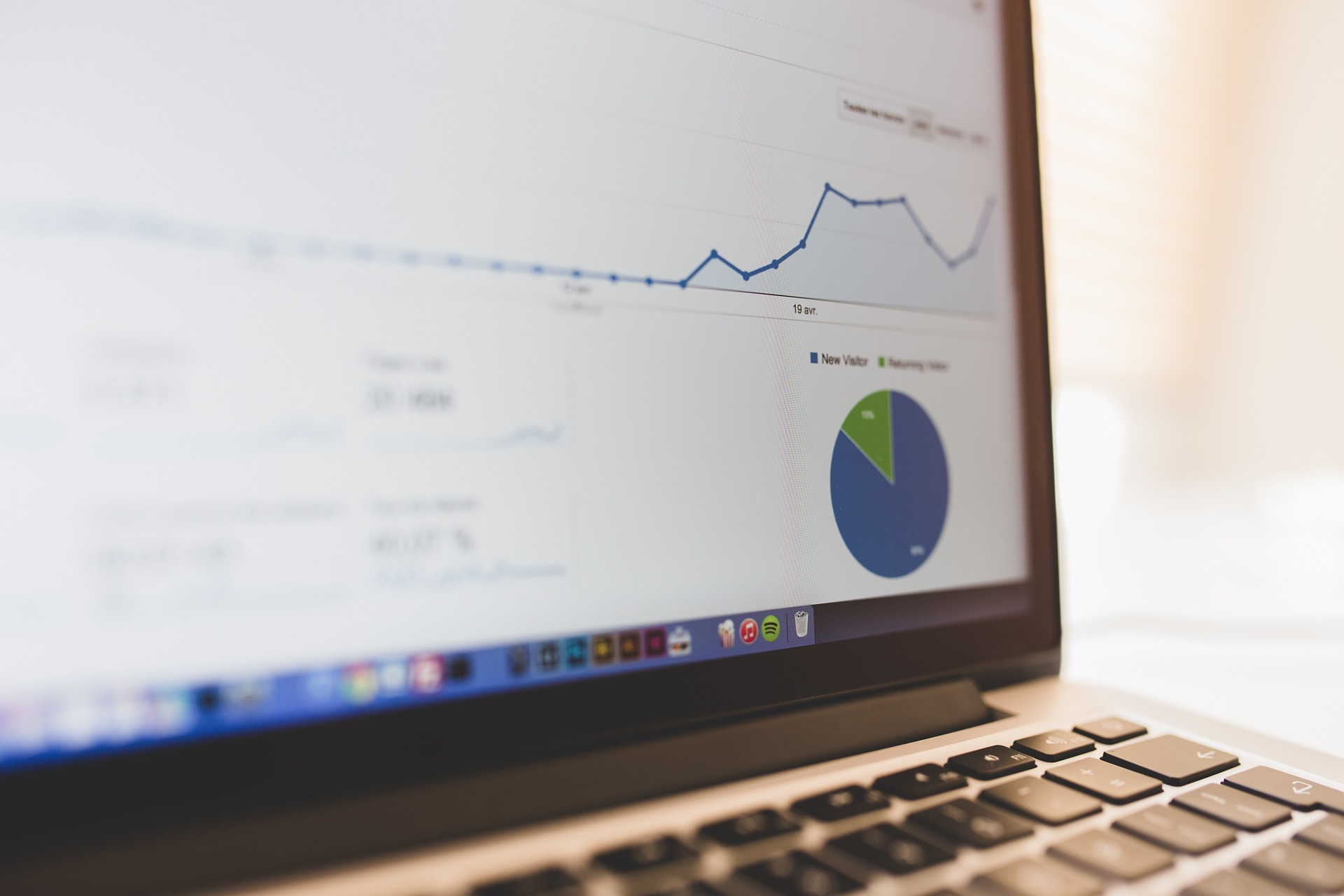 agencia marketing digital, seo, posicionamiento buscadores, computador oficina, metrícas