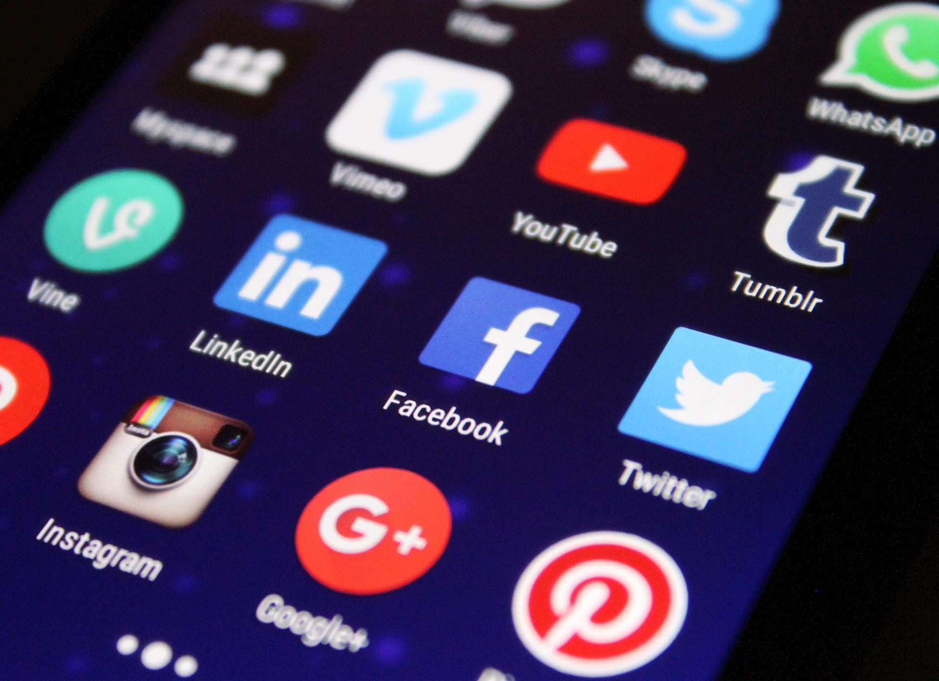 iconos redes sociales, uso memes en cuentas oficiales, contenido web, marketing digital